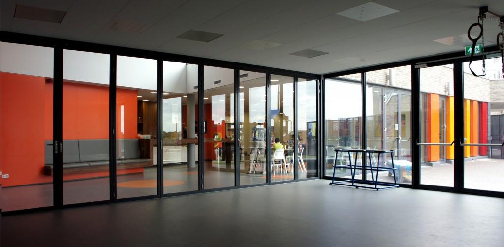 transparantie tussen speellokaal ontmoetingsruimte en de speelplaats buiten